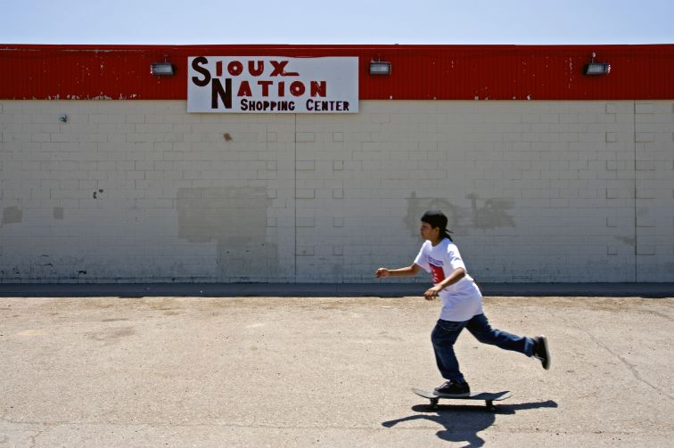 Skaters indiens dans la reserve Pine Ridge dans le South Dakota, USA.